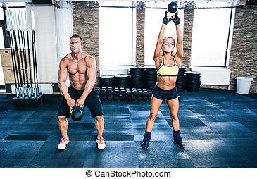 muscular, hombre, y, ataque, mujer, entrenamiento, con, caldera, pelota