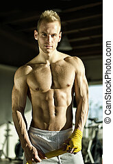 muscular, homem jovem, embrulhando, faixa, ao redor, seu,...