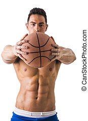 muscular, shirtless, macho, modelo, con, pelota baloncesto
