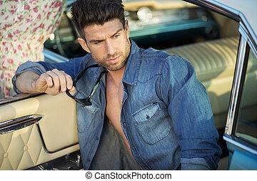 muscular, sujeito, em, a, retro, car