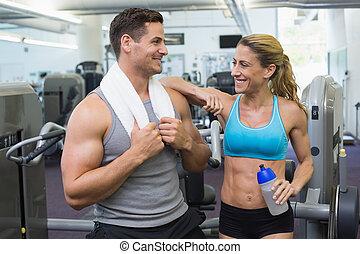 musculation, bavarder, femme homme, ensemble