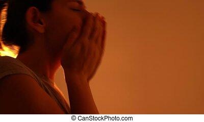 muscus., jeune, covid-19, dangereux, gouttes, germs., portrait, femme, éternuer