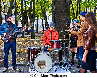 Music street performers with girl violinist - Large group...