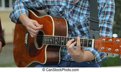 musici, close-up, guitarist, straat, drummer