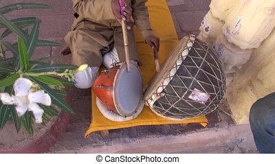musicien, indien, tambours, jouer