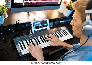 musik, arbeit, junger mann, während, neu , tastatur, hände, aufnahme, aus, klavier