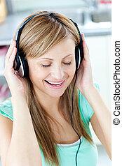 musik, escutar, animado, caucasiano, mulher, fones