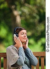 musik, kvinna, någon, ung, lyssnande