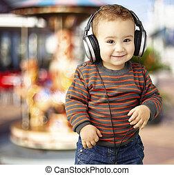 musik lyssna, stående, agains, le, stilig, unge