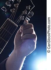 musiker, spielende , auf, gitarre