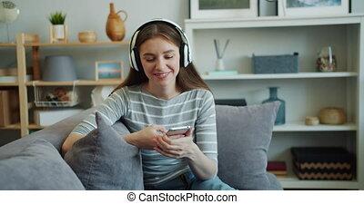 musique écouter, beau, smartphone, femme, utilisation, jeune, écouteurs