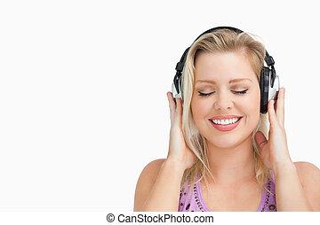 musique écouter, blond, écouteurs, femme, heureux