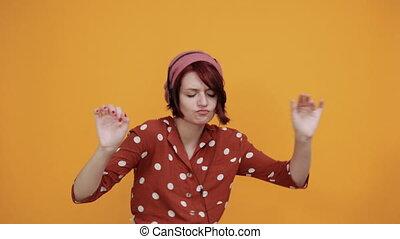 musique écouter, dame, crier, écouteurs, reussite, sourire, jeune, utilisation