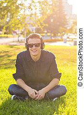 musique, écouter, parc, jeune homme