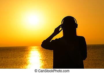 musique, femme, silhouette, coucher soleil, écoute