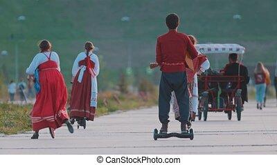 musique folklorique, hoverboard, gens, rivière, russe, marche, scooter