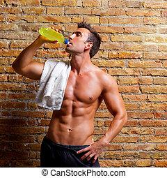 muskel, format, man på idrottshallen, avslappnad, drickande