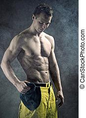 muskulös, mann, in, a, mode, haltung, mit, kappe