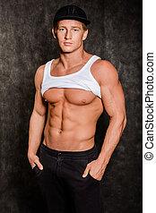 muskulös, mann, in, weste, und, kappe, mit, a, textilfreie , oberkörper