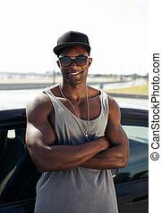 muskularny, stylised, wóz, przeciw, młody mężczyzna, nachylenie