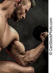 muskularny, tło., człowiek, moc, dumbbell., sportowy, straszliwy, wykonuje, przystojny, bodybuilder, posing., closeup, bodybuilder, ciemny, stosowność, ognisko., selekcyjny, ciało