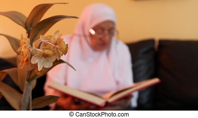 muslim woman 5 - Muslim women read the Quran, shoot Canon 5D...