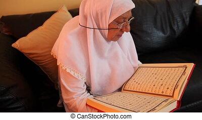 muslim woman 6 - Muslim women read the Quran, shoot Canon 5D...