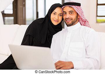 muslimsk, par, användande laptop, dator