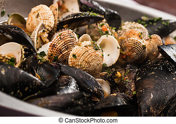 Mussels and shellfish - Black mussels and shellfis in a...