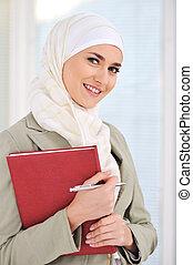 musulmán, caucásico, estudiante femenino, con, cuaderno, y,...