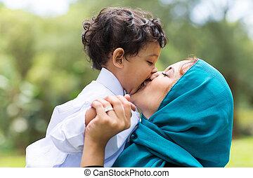 musulmán, madre, besar, ella, bebé, niño