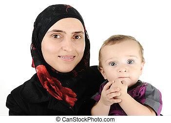 musulmán, mujer joven, con, poco, lindo, bebé, en, brazos