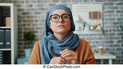 musulman, appareil photo, lunettes, bureau, mettre, girl, hijab, regarder