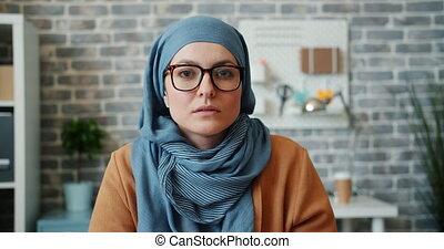 musulman, appareil photo, lunettes, indépendant, bureau, girl, portrait, hijab, regarder