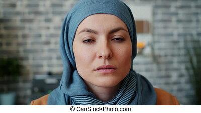 musulman, femme affaires, appareil photo, bureau, portrait, gros plan, regarder