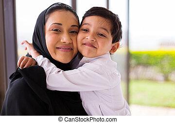 musulman, garçon, étreindre, sien, mère