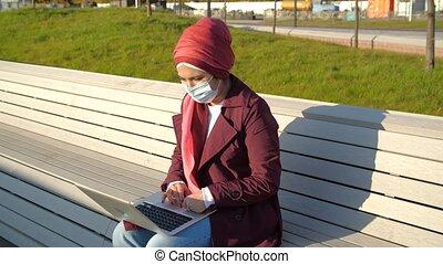musulman, parc, séance, femme, monde médical, ordinateur portable, banc, masque, jeune