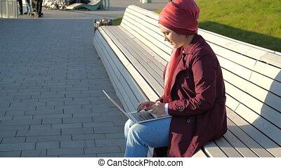 musulman, parc, séance, femme, ordinateur portable, banc, jeune