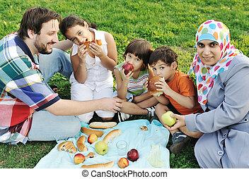 musulman, pique-nique, grass:, nature, famille, père, trois, ensemble, vert, mère, manger, séance, enfants