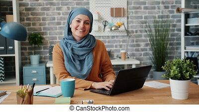 musulman, sourire, appareil photo, bureau, bureau, girl, portrait, hijab, regarder