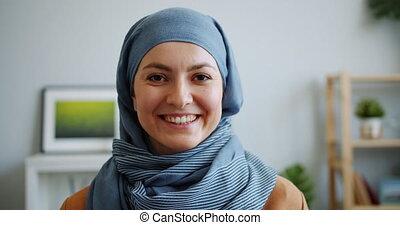 musulman, sourire, appareil photo, joli, portrait femme, hijab, gros plan, regarder