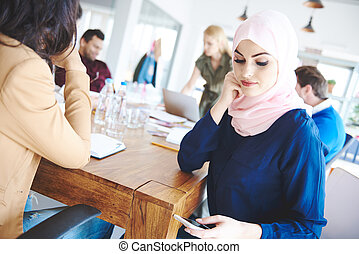 musulmano, donna, testo segnalando, su, il, riunione affari