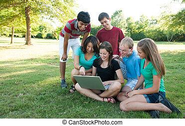 muti-ethnic, グループ, 十代の若者たち, 外