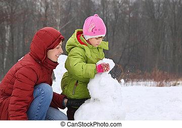mutter, mit, töchterchen, per, winter, tag, bildhauern, schneemann