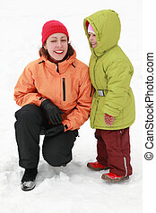 mutter, mit, töchterchen, stehen, auf, zu, schnee, und, lachen