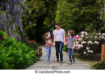 Mutter, Mit, Zwei Kinder, Auf, A, Weg Innen, Japanischer Garten
