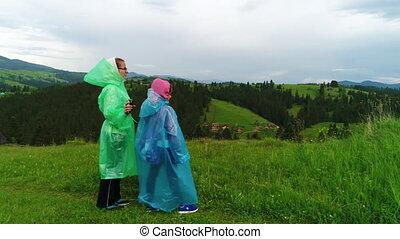 mutter tochter, in, regenmäntel