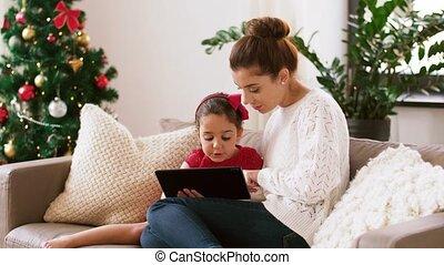 mutter tochter, mit, tablette pc, an, weihnachten