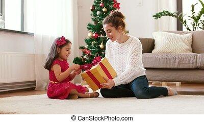 mutter tochter, mit, weihnachtsgeschenk, hause