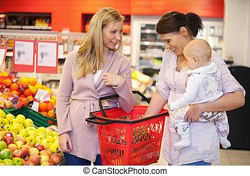 mutter, tragen kind, mit, freund, während, shoppen